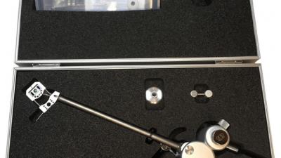 Aquilar Toarm Koffer: wertige Verpackung des High End Tonarms mit zahlreichem Zubehör und Montagehilfen