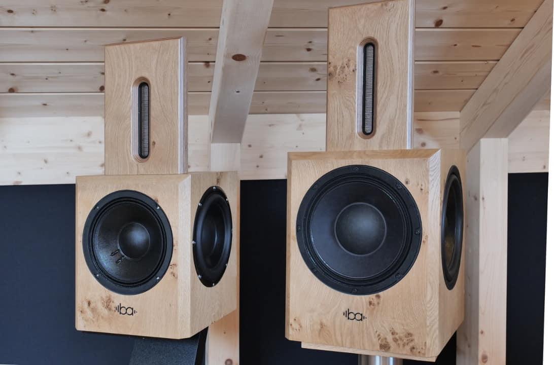 Bohne Audio Aktiver Kompaktlautsprecher BB-8 im Größenvergleich mit der BB-10