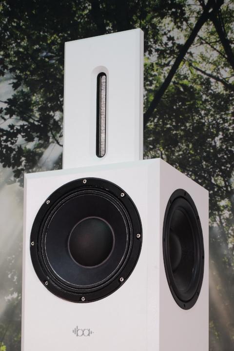 Bohne Audio aktiver Studiomonitor / Kompaktlautsprecher BB-10 vor Hintergrund